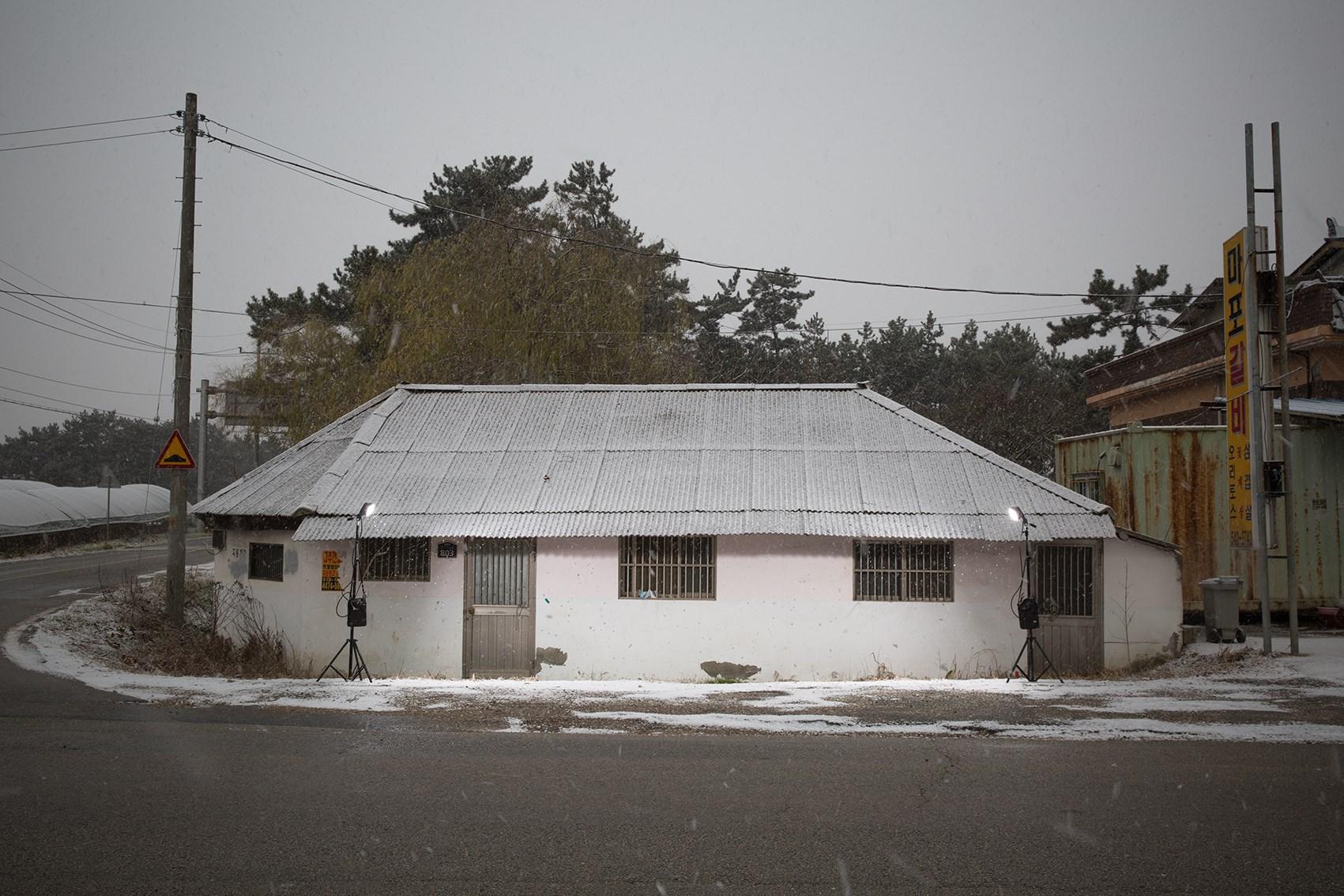 김윤호, 눈 오는 날의 집, Digital C-print, 62 x 52cm, 2017, ONE AND J