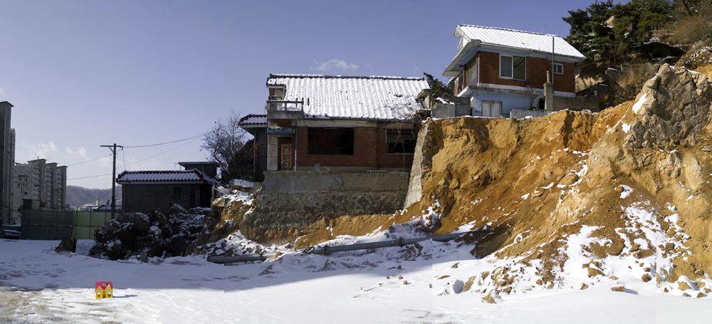 강홍구, 미키의 집-언덕, 디지털 사진&프린트, 100x220cm, 2005-06