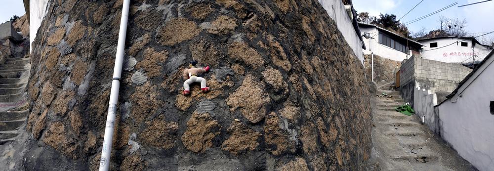 강홍구, 수습 - 벽 경사면의 예술, 디지털 사진 & 프린트, 2005-6 ONE AND J