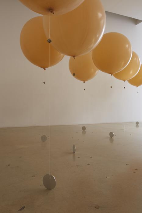 길초실, Ducks and Drakes, 라텍스 풍선, 헬륨, 하이 플로트, 실, 알루미늄, 고무줄, 동전, 2014 (1)