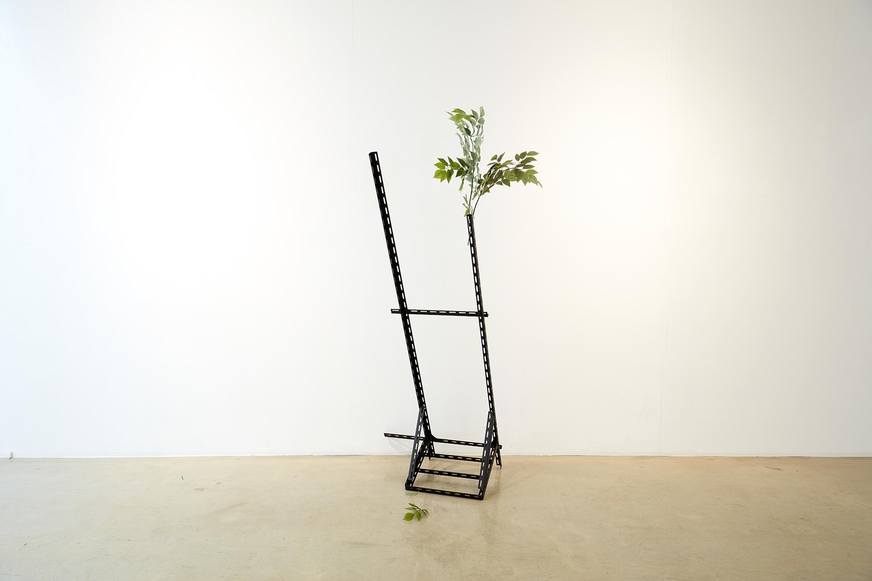 권경환, 티비 다이 TV shelf, L자 철근, 나사, 방부 페인트, 나무, 180x70x48cm, 2016