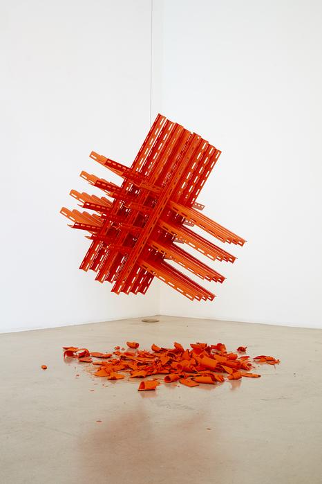 권경환, 가정식 조각 - 균형, L자 철근, 나사, 방청 페인트, 80x80x80cm, 2016