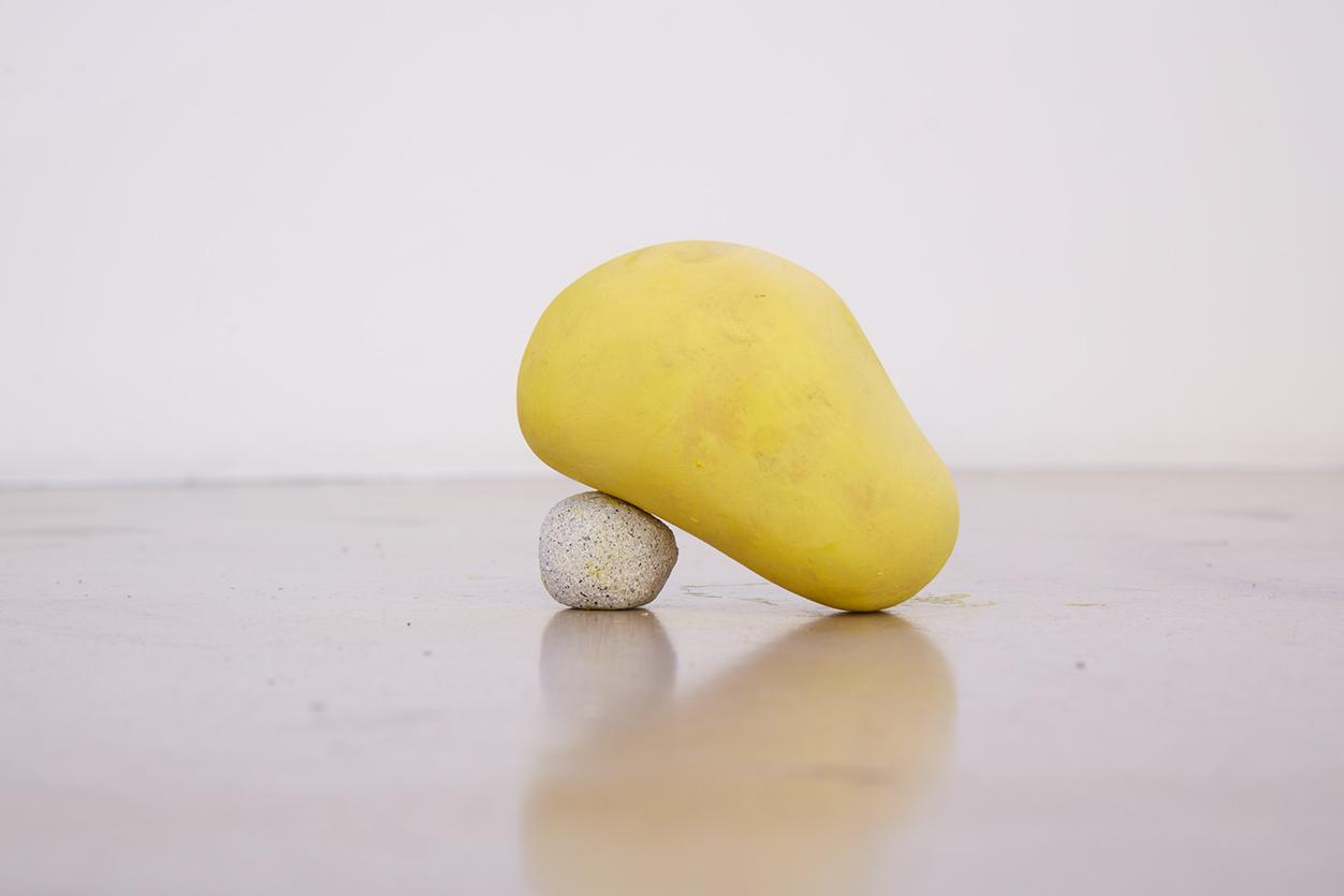 김태윤, 엉거주춤 (Half sit), 점토, 레진, 오일스틱, 12x12cm, 2016