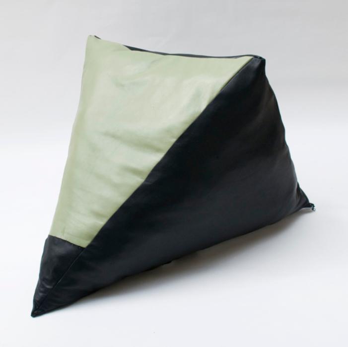 길초실, Hard Shoulder, 소가죽, 양가죽 (흑색,은색,녹색), 락카, 실, 지퍼, 98x66x64cm, 2013