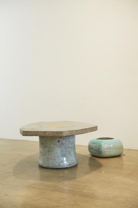 이현정, 오각형 테이블, 푸른 마카롱 스툴, 콘크리트, 분청사기 유약을 칠한 세라믹, 황금 잎새, 156x105x54cm, 2012